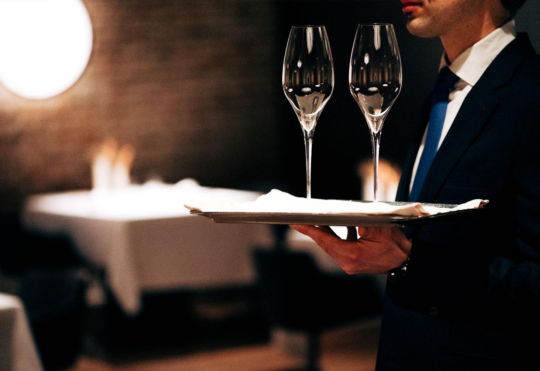 Cameriere serve bicchieri - Ristorante stellato Gellius Oderzo