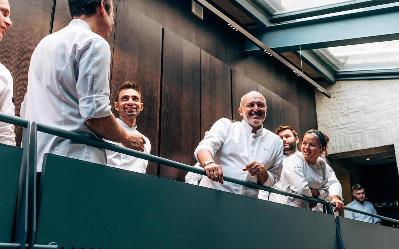 Chef Alessandro Breda con lo staff in cucina - Ristorante stellato Gellius Oderzo